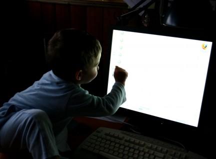 Imagen de un niño curioso