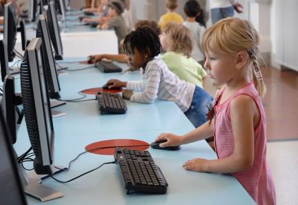 Imagen ilustrativa de una niña usando un ordenador