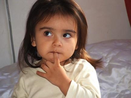 Imagen de una niña pensando